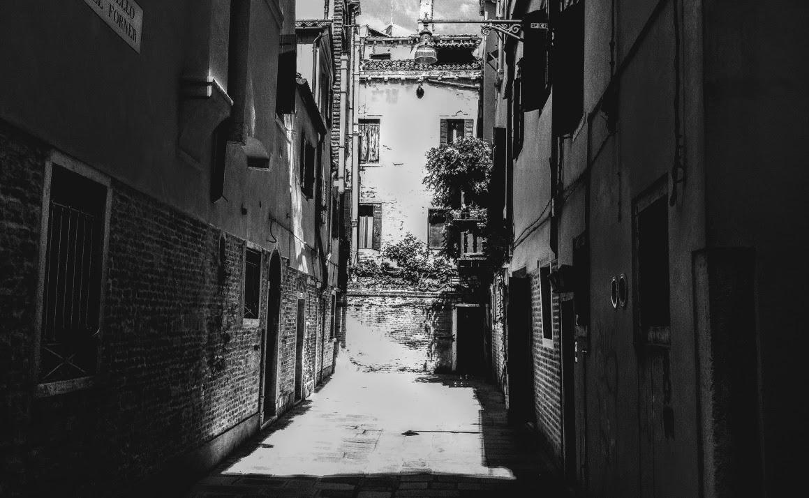 alleyway in Venice, Italy